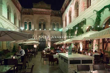 Odessa  Ukraine  Gaeste im Restaurant Bernardazzi