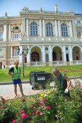 Odessa  Ukraine  Gaertner arbeiten an einem Beet vor dem Opernhaus