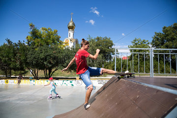 Tiraspol  Republik Moldau  Skateboardfahrer auf einer Skaterbahn