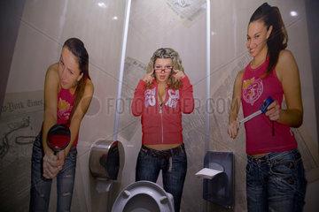 Bender  Republik Moldau  Frauenposter auf einer Herrentoilette