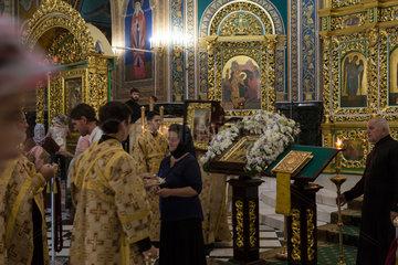 Chisinau  Moldau  Glaeubige waehrend einer Messe in der Kathedrale der Geburt des Herrn