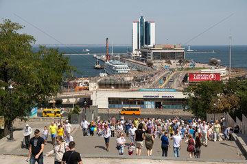 Odessa  Ukraine  die Potemkinsche Treppe und der Faehranleger im Hafen