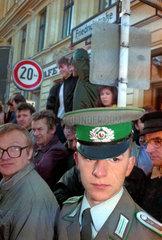 Berlin  Deutschland  ein Grenzsoldat der Grenztruppen der DDR am Checkpoint Charlie