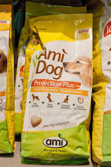 Berlin  Deutschland  vegetarisches Hundefutter im Supermarkt Veganz