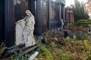 Berlin  Deutschland  verwilderte Graeber auf dem Friedhof am Suedstern