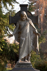 Berlin  Deutschland  Jesusfigur auf einem Grab dem Friedhof am Suedstern