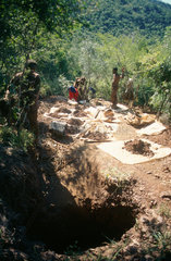 Barberton  Suedafrika  das goldhaltige Erz liegt auf Plastikplanen