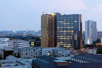 Berlin  Deutschland  Blick auf das Axel-Springer-Verlagshaus am Abend