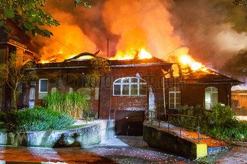 Berlin  Deutschland  Loescharbeiten bei einem Grossbrand