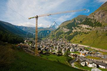 Zermatt  Schweiz  Stadtansicht mit Baukran im Hintergrund das Matterhorn