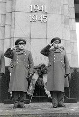 letzte sowjetische Truppenparade am Ehrenmal  Berlin  1990