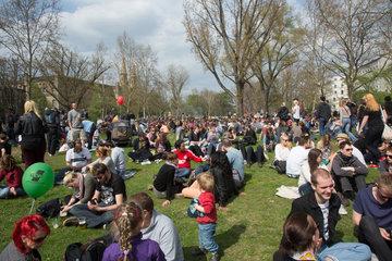 Berlin  Deutschland  Menschen auf der Wiese am Mariannenplatz beim MyFest