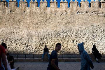 Tetouan  Marokko  Passanten laufen entlang der Stadtmauer der Medina von Tetouan