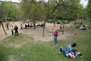 Berlin  Deutschland  Menschen chillen auf Gruenflaeche am Mariannenplatz