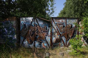 Berlin  Deutschland  Eisentor mit Graffiti besprueht