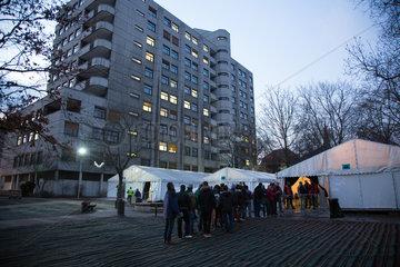 Berlin  Deutschland  Fluechtlinge warten abends vor dem LaGeSo