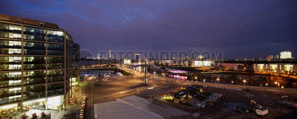 Berlin  Deutschland  Blick ueber den Europaplatz bei Abendlicht