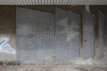 Berlin  Deutschland  Reste einer Friedenstaube an der Fassade eines Hauses