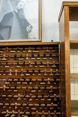Berlin  Deutschland  Gerhard Hamann  Stempel fuer die Verpackungen in der Erich Hamann Schokoladenmanufaktur