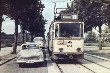 Auto ueberholt Strassenbahn  Dresden  1961