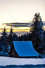 Verschneite Huette im Schwarzwald