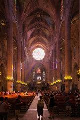 Palma  Spanien  Kirchenschiff der Kathedrale La Seu in Palma de Mallorca