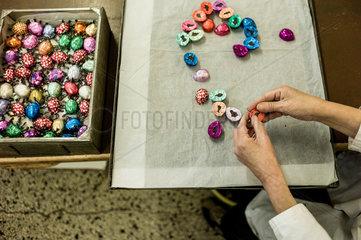 Berlin  Deutschland  Mitarbeiterin der Erich Hamann Schokoladenmanufaktur verpackt Schokoladenmaikaefer