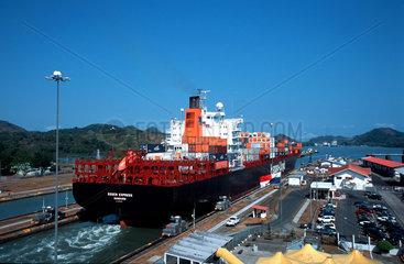 Container Frachter in der Miraflores-Schleuse