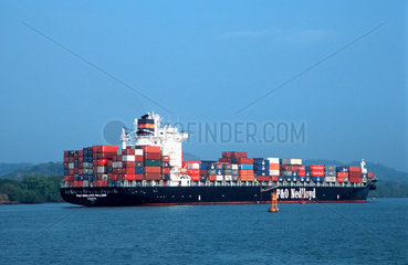 Container Frachter im Panama Kanal