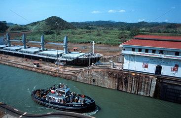 Schlepper und Frachter in der Miraflores-Schleuse