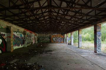Berlin  Deutschland  Halle mit Graffiti besprueht auf dem Gelaende des ehemaligen KGB