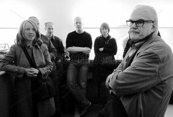 F. C. Gundlach mit Hamburger Fotografen in den Raeumen seiner Sammlung