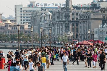 Menschen auf der Bund-Promenade