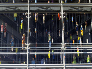 Fensterfront mit Kunstobjekten