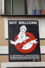 Plakat gegen den Papstbesuch in berlin