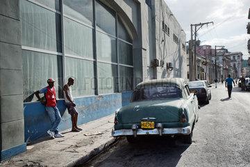 Havanna  Kuba  ein altes amerikanisches Auto im Stadtteil Vedado