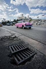Havanna  Kuba  ein altes amerikanisches Auto  im Hintergrund das Hotel National
