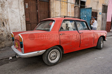 Havanna  Kuba  ein alter Peugeot 404 in Havanna Centro