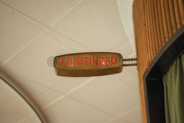 Hamburg  Deutschland  Schild Sendung leuchtet in einem Studio auf
