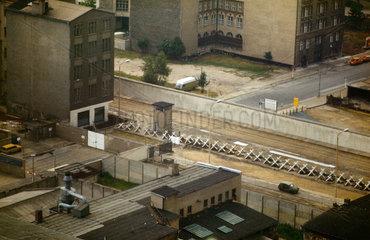 Berlin  DDR  Blick auf den Mauerstreifen in Richtung West-Berlin