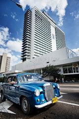 Havanna  Kuba  das Hotel Habana Libre im Stadtteil Vedado  davor ein Taxi