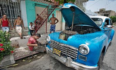 Santiago de Cuba  Kuba  Fahrgaeste nutzen ein privates Taxi