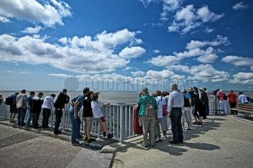 Toenning  Deutschland  Besucher auf der Aussichtsplattform des Eidersperrwerks