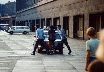 Berlin  DDR  Polizisten nehmen eine Frau auf dem Alexanderplatz fest