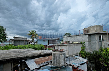 Santiago de Cuba  Kuba  ein aufziehendes Unwetter ueber der Stadt