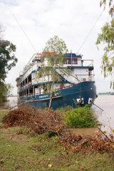 Phnom Penh  Kambodscha  das Kreuzfahrtschiff Yajavarman auf dem Mekong