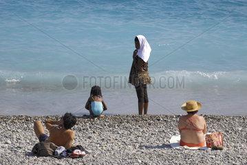 Frau mit Burkini am Strand von Nizza  Frankreich