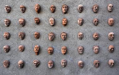 Torre Alfina  Italien  Gesichter aus Ton