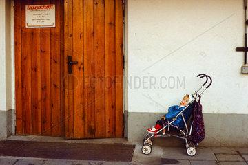 Berlin  DDR  Buggy mit Kind steht vor dem Eingang eines Intershops