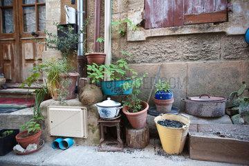 Gigondas  Frankreich  Blumentoepfe vor einem Haus